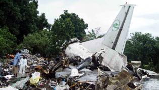 Szczątki samolotu An-12, który rozbił się w Sudanie Południowym