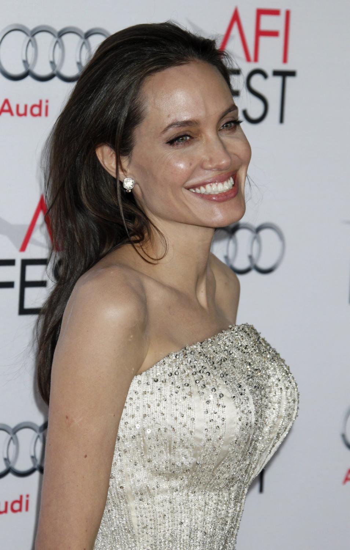 Angelina w perłowej, eleganckiej sukni