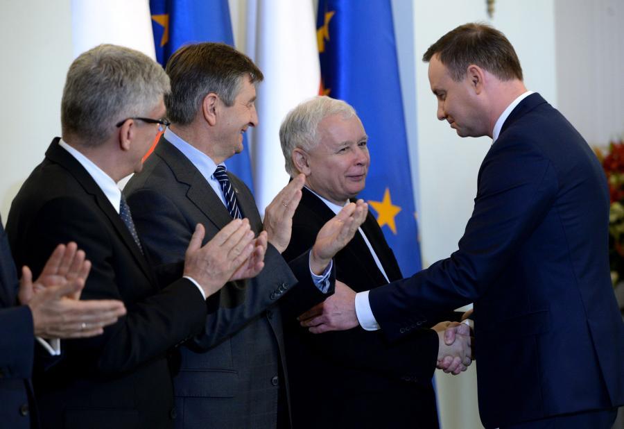Prezydent Andrzej Duda ściska dłoń Jarosława Kaczyńskiego