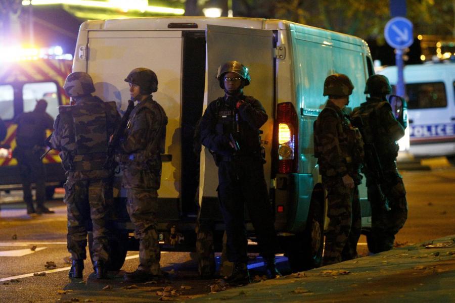 Policja przed klubem Bataclan w Paryżu