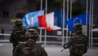 Patrol w paryskiej dzielnicy La Defense