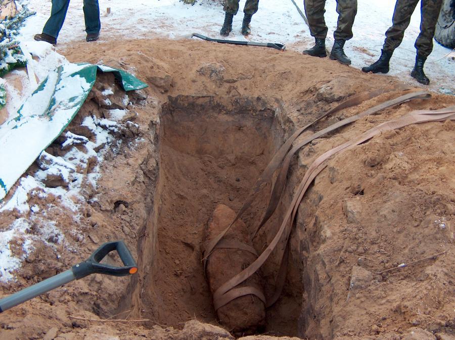 Grabarze wykopali bombę na cmentarzu