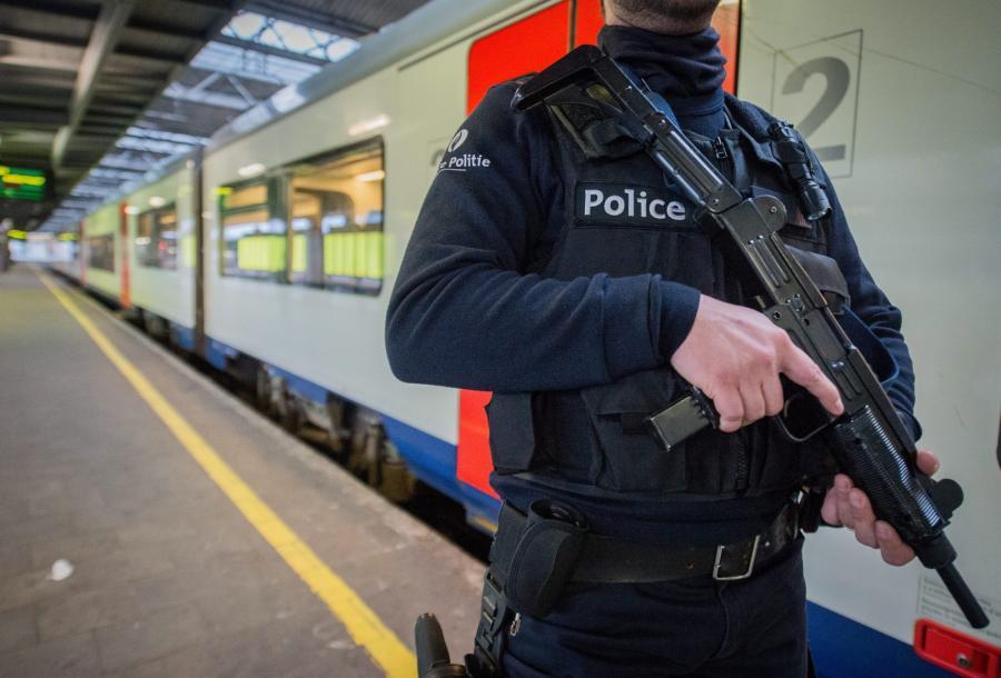 Policjant na stacji kolejowej w Brukseli