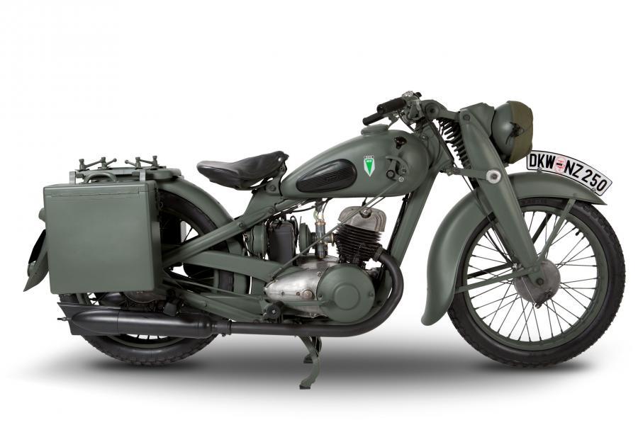 zdj cia motocykl dkw nz 250 reanimowali maszyn zdobyt. Black Bedroom Furniture Sets. Home Design Ideas