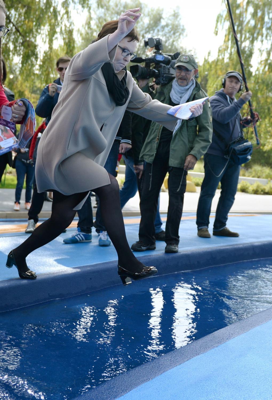 Premier Ewa Kopacz przeskakuje przez fontannę podczas wizyty w Błoniu