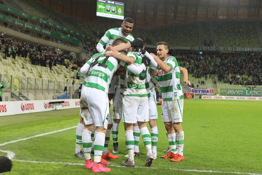 Zawodnicy Lechii Gdańsk cieszą się z bramki strzelonej drużynie Wisły Krakó