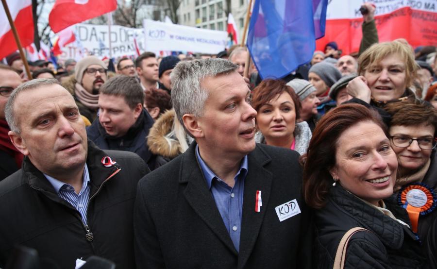 Grzegorz Schetyna, Tomasz Siemoniak i Małgorzata Kidawa-Błońska na manifestacji KOD
