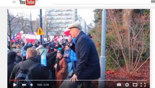 Roman Giertych skacze na demonstracji KOD