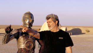 """George Lucas i droid C-3PO w czasie kręcenia """"Gwiezdnych Wojen"""" na Tatooine, czyli w Tunezji"""