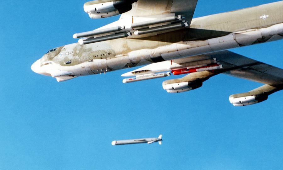 Amerykański bombowiec B-52 wystrzeliwuje pocisk Tomahawk (fotografia z 1979 roku)