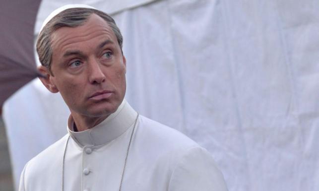 Jude Law papieżem na planie nowego serialu [FOTO]