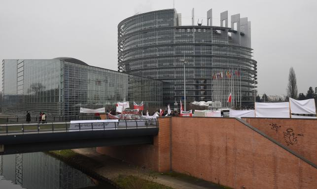 Prorządowa pikieta przed Parlamentem Europejskim. \