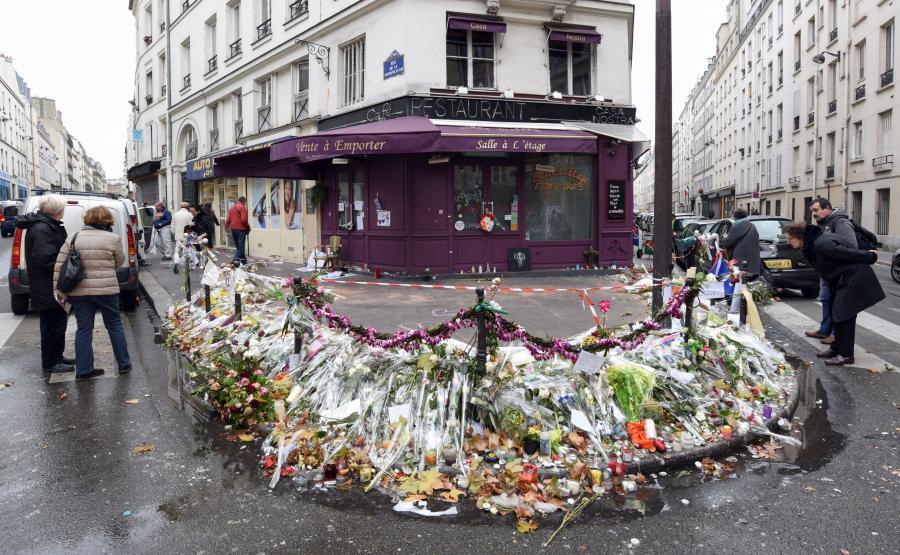 Mieszkańcy Paryża oddają hołd ofiarom zamachów