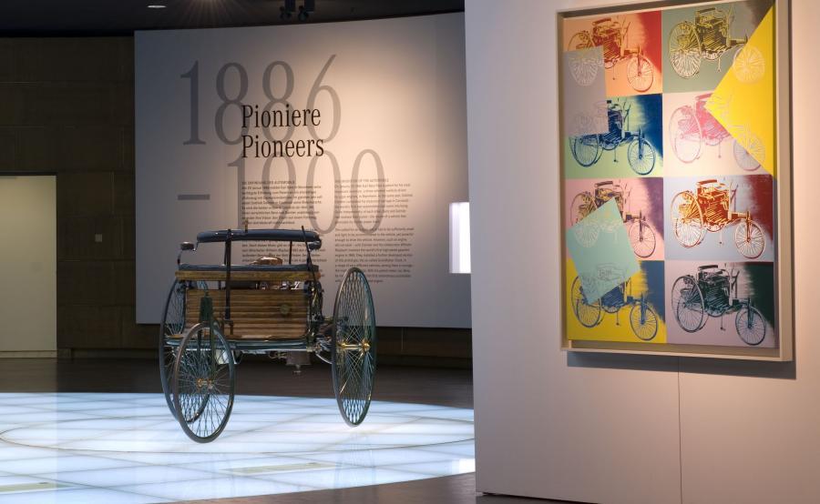 Opatentowany pojazd Carla Benza z napędem spalinowym i zmotoryzowany powóz Gottlieba Daimlera, również opracowany w 1886 roku, można obejrzeć w Muzeum Mercedes-Benz w Stuttgarcie