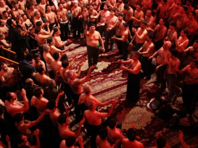 Tradycyjnie w czasie Aszury wierni biją si w piersi i biczują na znak zaloby