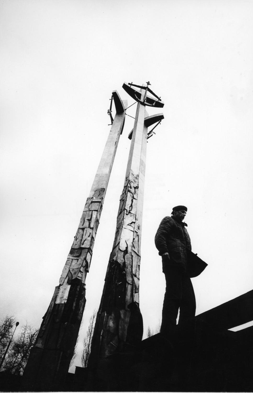 Gdańsk, listopad 1980 roku. Budowa Pomnika Poległych Stoczniowców 1970 niedaleko miejsca, gdzie padli trzej pierwsi zabici stoczniowcy wychodzący ze Stoczni Gdańskiej