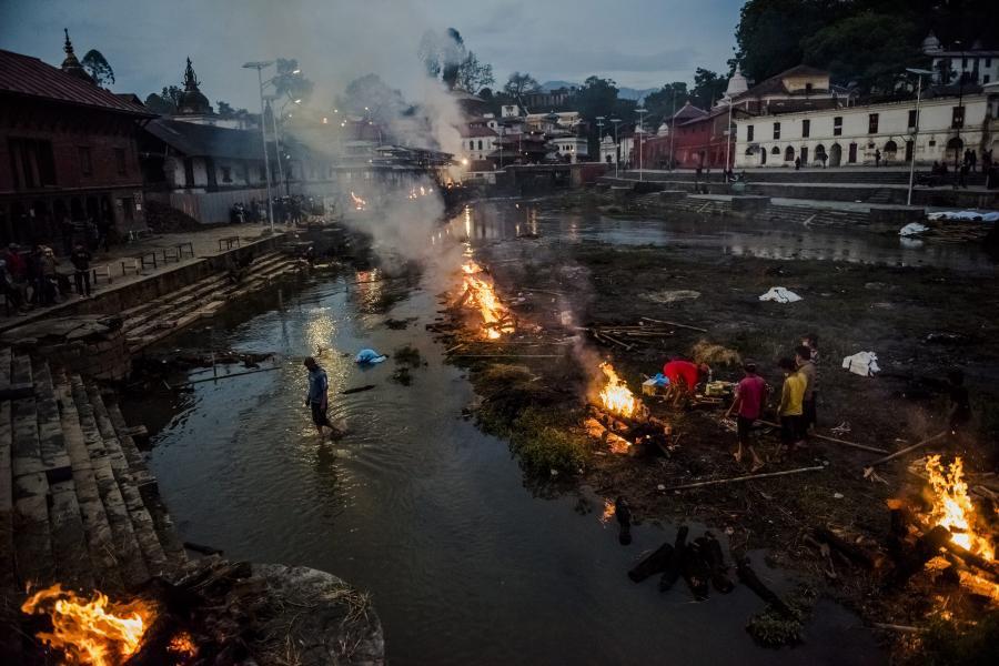 Stosy pogrzebowe w Nepalu