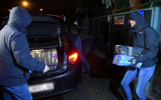 Policjanci i prokuratorzy wynoszą dokumenty z domu gen. Wojciecha Jaruzelskiego w Warszawie