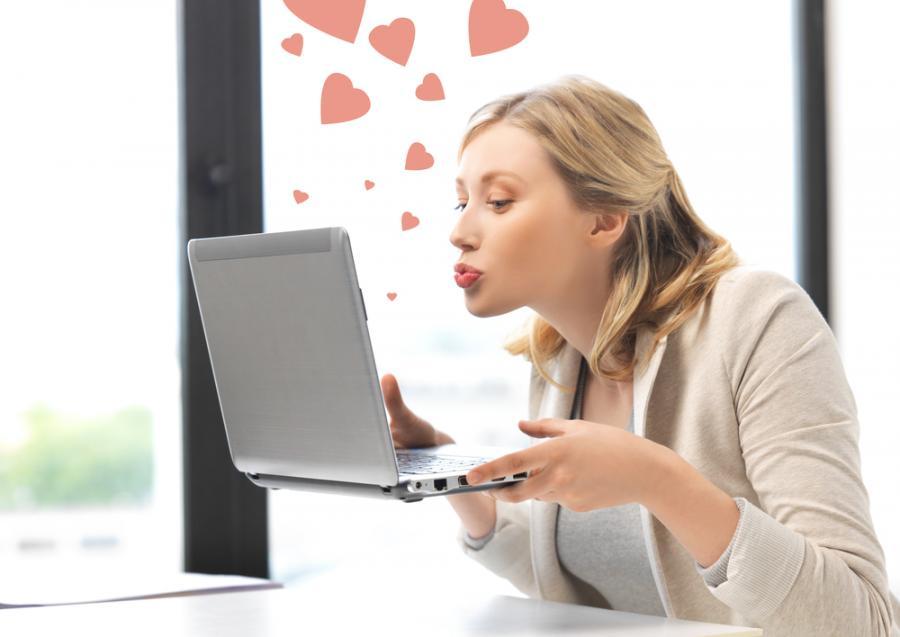 Zakochana kobieta przy komputerze