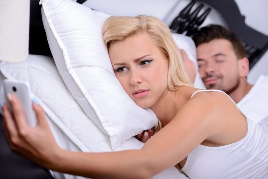 Kobieta przeglądająca telefon partnera