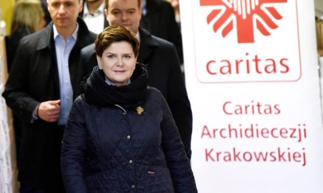 Beata Szydło dodatkiem tylko dla łabędzic ucięła sobie szyję!