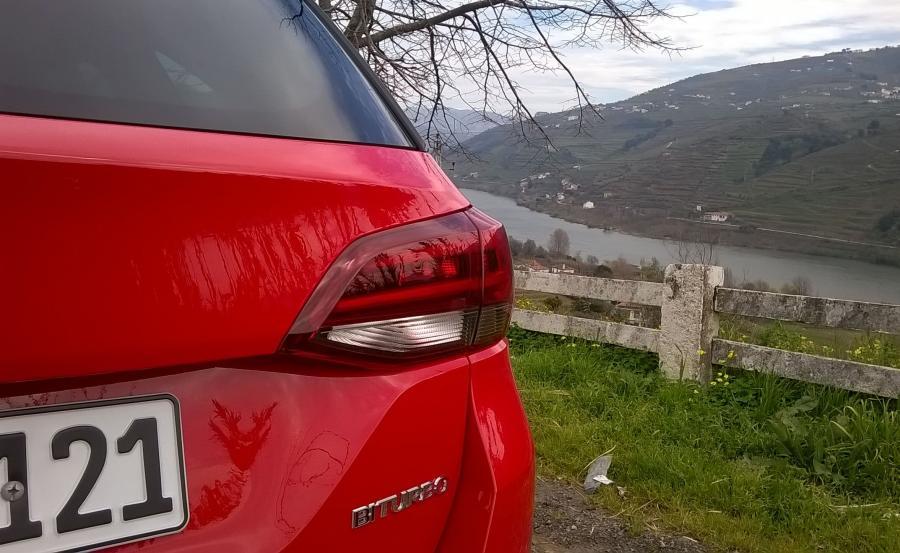 Opel astra sports tourer w dolinie rzeki Douro