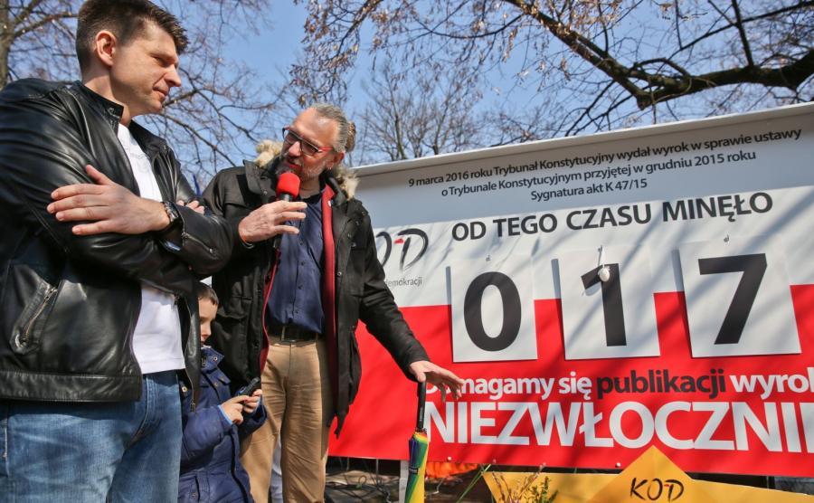 WIELKANOCNA DEMONSTRACJA KOMITETU OBRONY DEMOKRACJI PRZED KANCELARIĄ PREMIERA