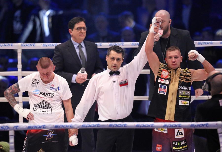 Michał Syrowatka (P) i Rafał Jackiewicz (L) podczas ogłoszenia wyników walki w wadze półśredniej, w trakcie gali bokserskiej Polsat Boxing Night