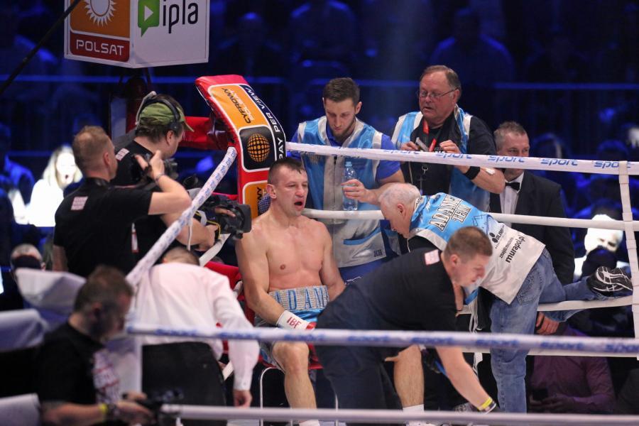 Tomasz Adamek (C) w swoim narożniku podczas walki przeciwko Amerykaninowi Erikowi Molinie w wadze ciężkiej o pas IBF Inter-Continental