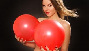 Kobieta trzyma balony