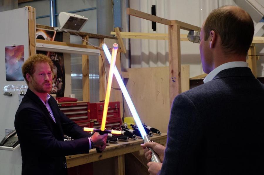 William i Harry w pojedynku na miecze świetlne