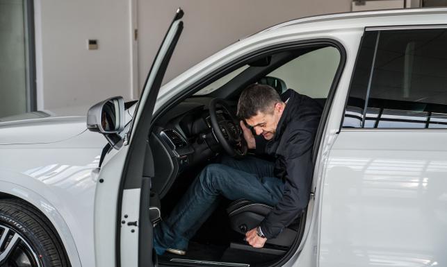 Hołowczyc za kierownicą nowego cacka! LUKSUS z pneumatycznym zawieszeniem. FOTO