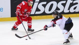 Adam Bagiński (L) i Ryo Hashiba (P) z Japonii podczas meczu hokejowych mistrzostw świata Dywizji 1A w katowckim Spodku