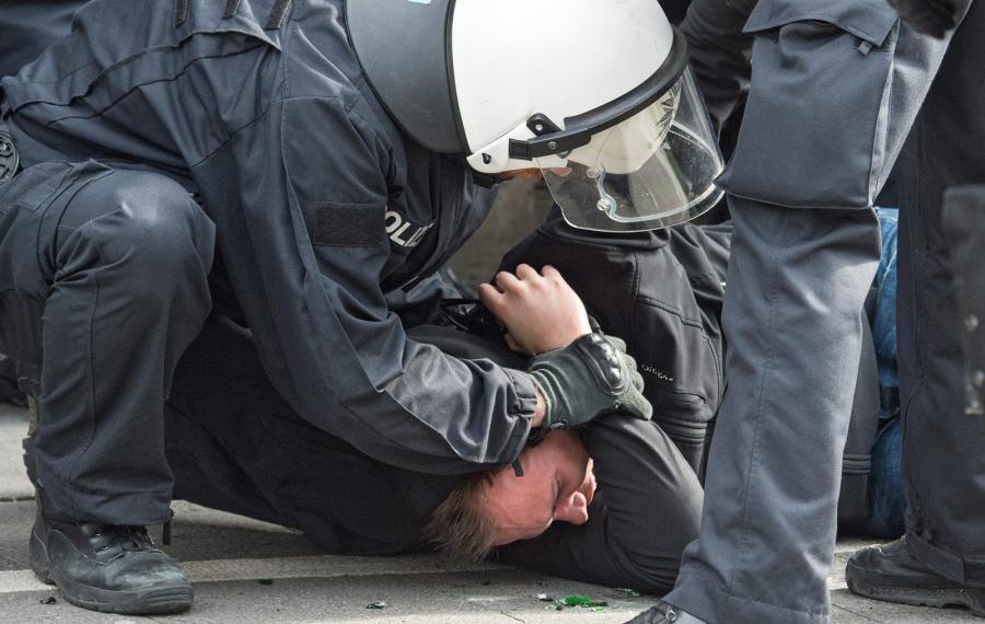 Kibice SV Darmstadt i Eintrachtu Frankfurt bili się z policją