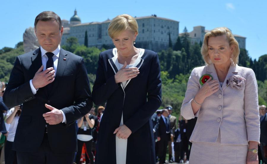 Prezydent Andrzej Duda z żoną Agatą i pełnomocnik rządu ds. dialogu międzynarodowego, senator PiS Anna Maria Anders na polskim Cmentarzu Wojennym na Monte Cassino