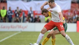 Jakub Wawrzyniak (P) i Litwin Lukas Spalvis (L), podczas meczu towarzyskiego Polska - Litwa, 6 bm. na Stadionie Miejskim w Krakowi