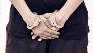 Kobieta z kajdankami na rękach