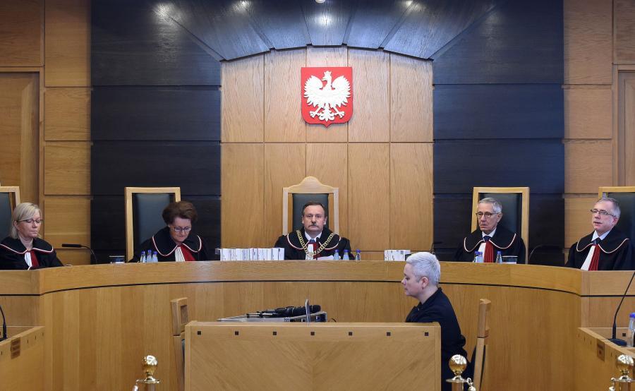 Sędziowie TK (od lewej): Julia Przyłębska, Sławomira Wronkowska-Jaśkiewicz, Piotr Pszczółkowski, Stanisław Rymar i Piotr Tuleja, podczas ogłoszenia wyroku TK dotyczącego skargi konstytucyjnej w sprawie dyscyplinarnego wydalenia policjanta ze służby