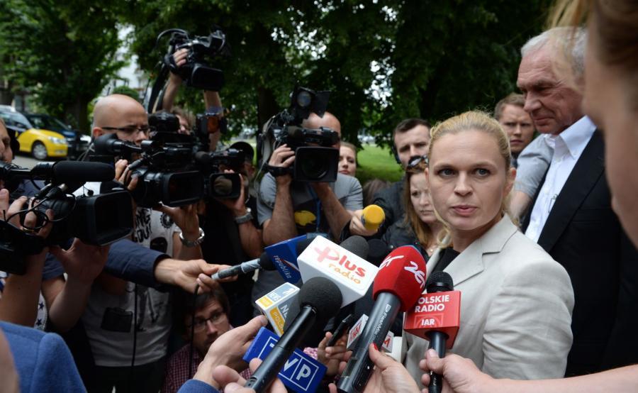 Barbara Nowacka (2P) i Jerzy Nowacki (P) po spotkaniu w Prokuraturze Krajowej w Warszawie