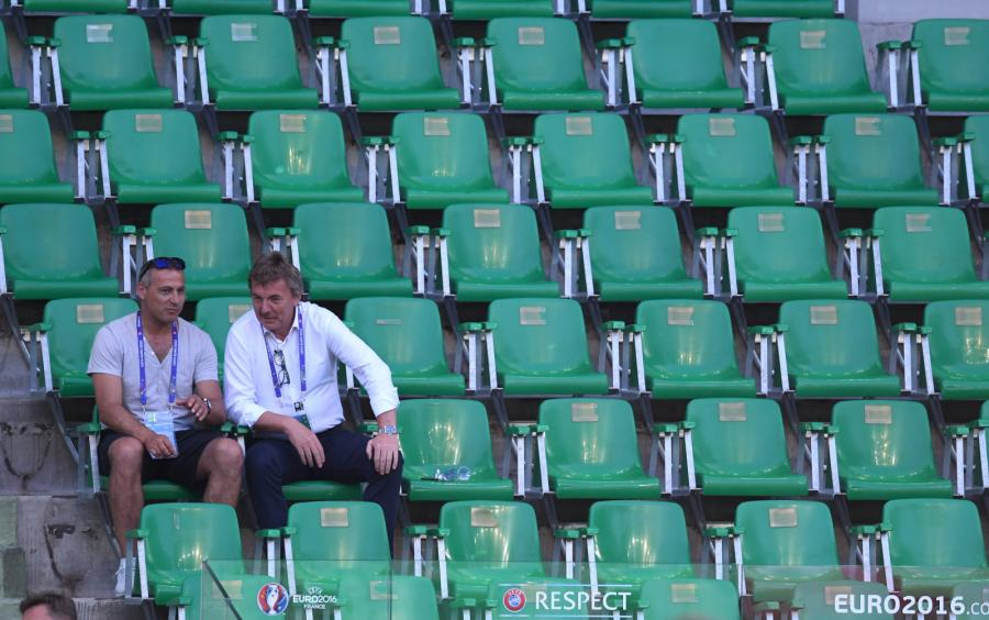 Prezes PZPN Zbigniew Boniek (P) i Piotr Świerczewski (L) obserwują trening drużyny na Stade Geoffroy-Guichard\'a
