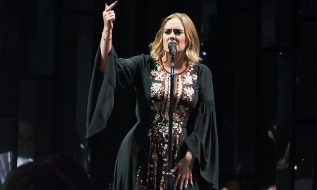 Wpadka Adele, kolorowy Coldplay i błoto po kolana na najsłynniejszym festiwalu Europy