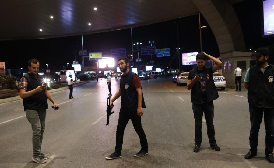 Turecka policja przed lotniskiem