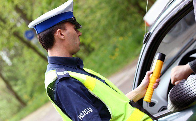 Policjant kontroluje kierowcę