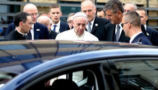 Papież Franciszek przed Szpitalem Uniwersteckim w Krakowie