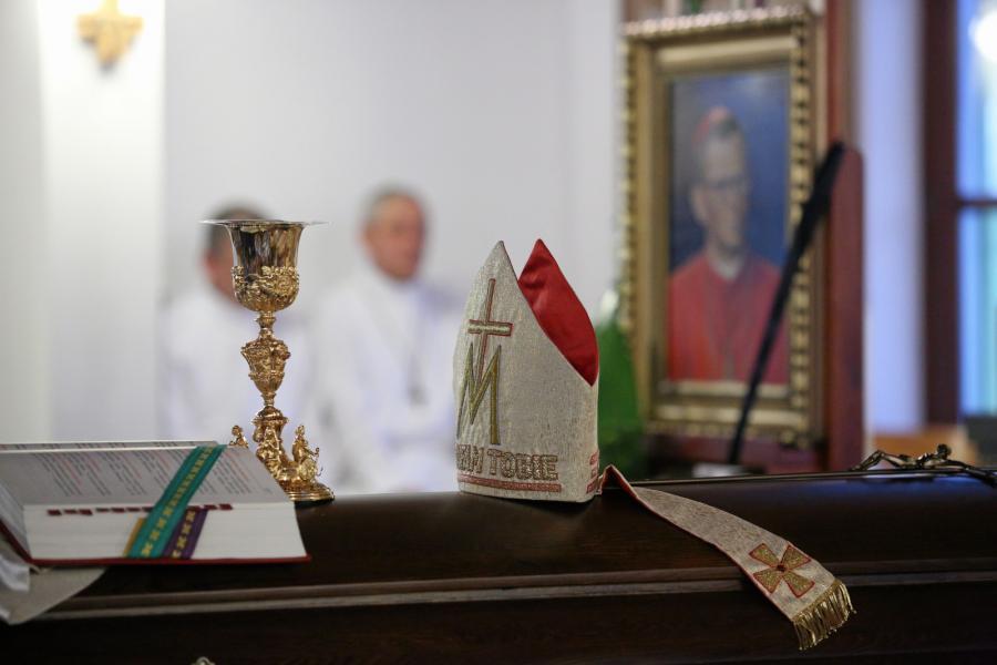 Mszę przy trumnie z ciałem kard. Franciszka Macharskiego odprawiono 2 sierpnia wieczorem w kościele sióstr Albertynek w Krakowie