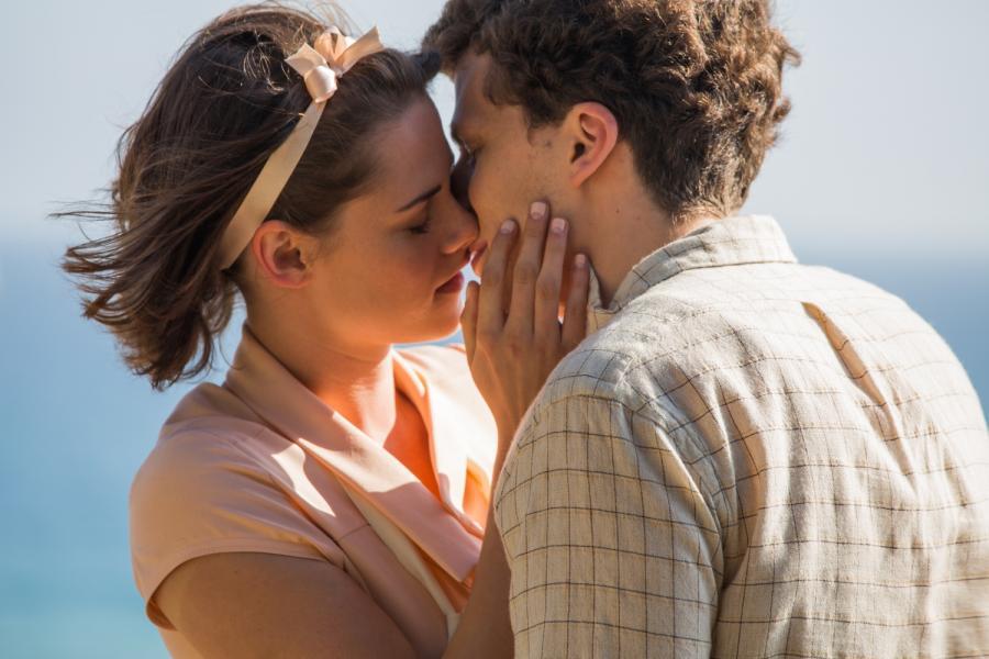 """Jesse Eisenberg i Kristen Stawart w filmie """"Śmietanka towarzyska"""" / fot. Kino Świat"""