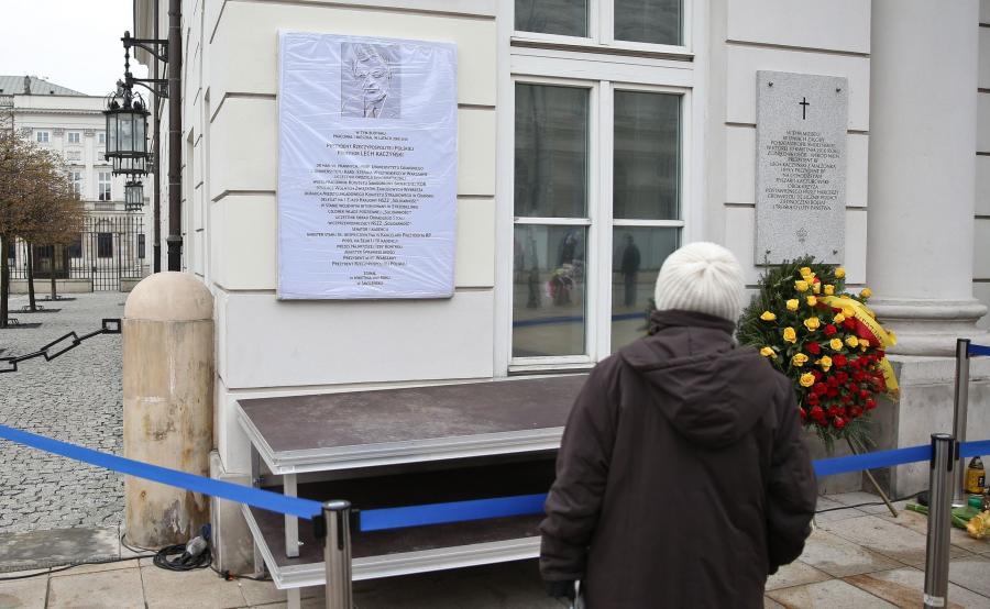 Tablica upamiętniająca Lecha Kaczyńskiego na fasadzie Pałacu Prezydenckiego
