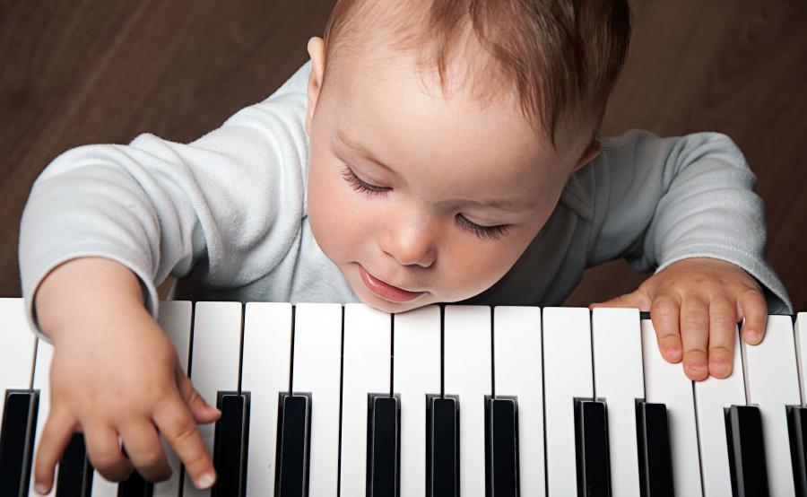 Dziecko gra na pianinie