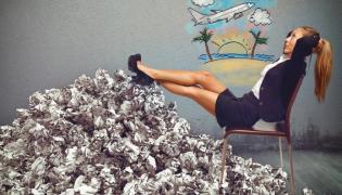 Kobieta w pracy marzy o wakacjach