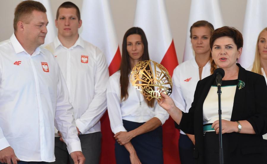 Beata Szydło z herbem Skry Warszawa